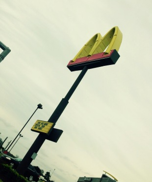 Una delle tante colonnine che annunciano un McDonald da miglia e miglia di distanza.